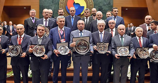 Büyükhelvacıgil, Hizmet Şeref Belgesini Cumhurbaşkanı Erdoğan'dan aldı