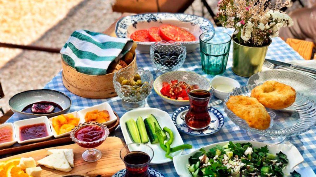 Yaz mevsiminin etkisini iyice göstermeye başladığı bu dönemlerde beslenme konusuna dikkat etmek gerekiyor.