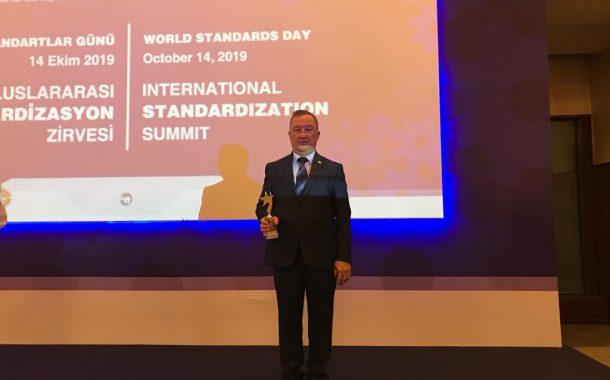 Standardizasyon Çalışmalarına Aktif Katılım Ödül Töreninde Prof.Dr.Nevzat Artık'a plaket takdimi yapıldı