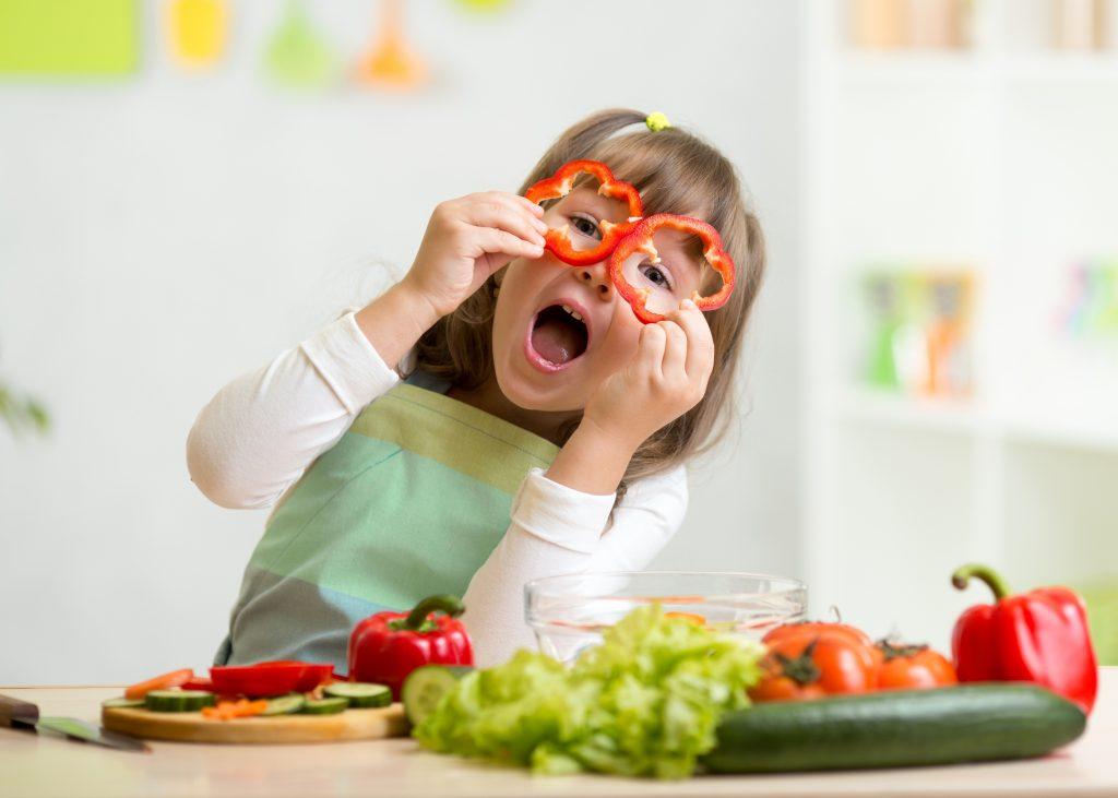Çocukları sebzeleri denemeye zorlamayın; sadece cesaretlendirin